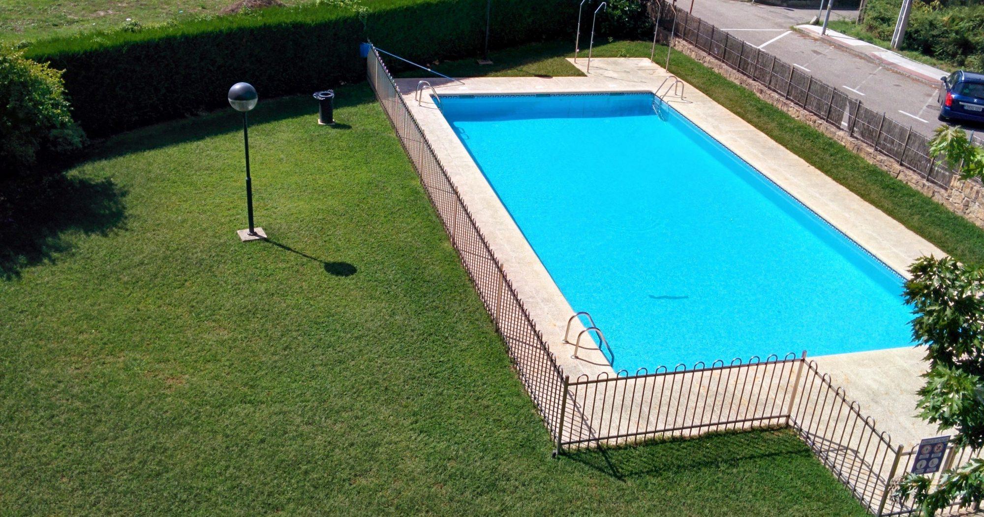 Precioso bajo de dos dormitorios con piscina comunitaria