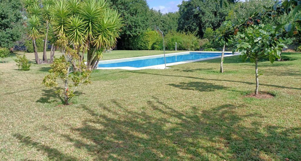 Parcela cerrada de 1400 m² con piscina